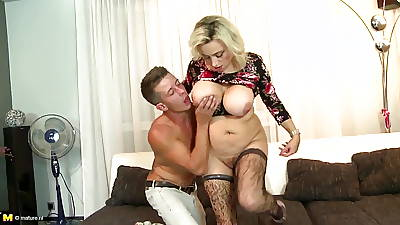 Busty mature mom seduces fortuitous young urchin