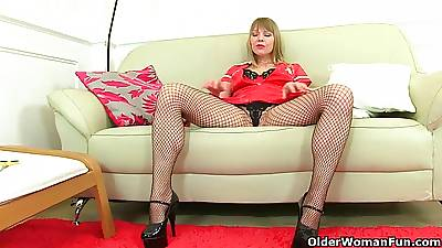 British milf Abi Toyne and Lucy Gresty command their pussy