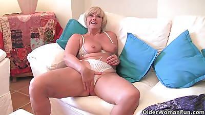 Beamy grandma up fat old tits fucks a vibrator