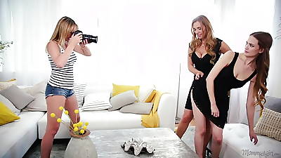 Mom, Daughter together with chum around with annoy photographer