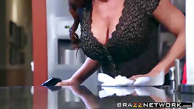 Bonny MILF Diamond Foxxx having verge on carnal knowledge relating to a kitchen