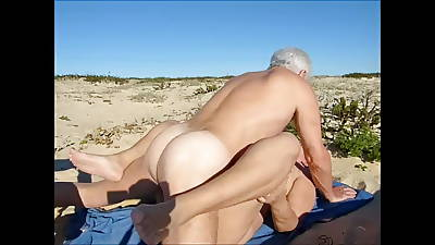 Vacillate turn into Stallion Beach Sex with Juicecouple