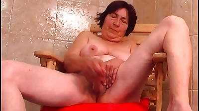 Over 70 granny with prudish pussy fucks a dildo