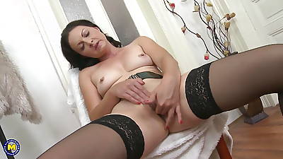 Beautiful MILF spreading fingertips coupled with feeding pussy