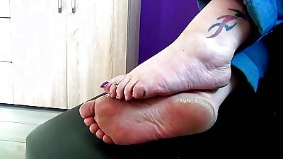 Verge on starkers soles beside mature feet