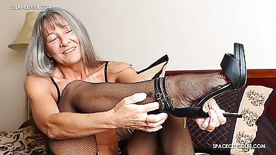 Milf Teases You With reference to Their way Feet