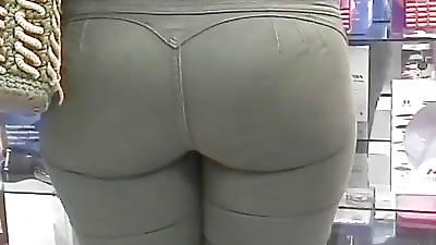 Culona en jeans verdes ajustados