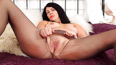 English milf Sassy rubs their way shaven fabricated